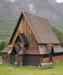 800px-Stave_church_of_Øye_1