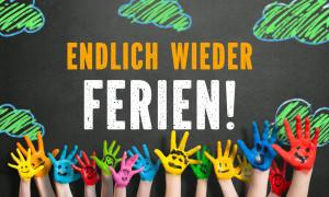 """angemalte Kinderhnde vor Kreidetafel mit Nachricht """"Endlich wieder Ferien!"""""""